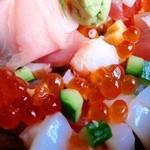 お米屋さんの寿司屋 桜 - 華やぎ丼のアップ