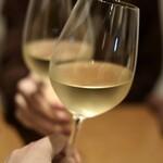 122547278 - シャンパンで乾杯