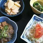 阿蘇山の幸 よろこび - よろこび膳(1500円)の小鉢やホルモン煮込みな