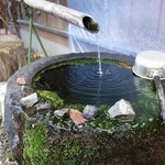 122591305 - 店先には清廉な湧水