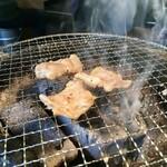 炭火焼肉ホルモン 横綱三四郎 - 焼けてゆく豚トロ。