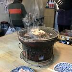 炭火焼肉ホルモン 横綱三四郎 - 煙が吸い込まれる様を愉しむ。