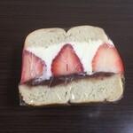 ディグイン - プレーンのベーグルに練乳チーズクリームと苺、餡子 550円