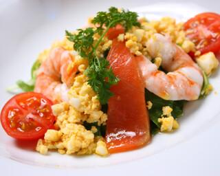 銀座 海老料理&和牛レストラン マダムシュリンプ東京 - 海老とスモークサーモンの入ったミモザ風サラダ