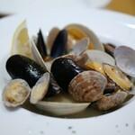 Kikuya René - たっぷりの貝のホワイトビール蒸し ハーフ