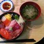 寿司の丸信 - 中トロ入り海鮮丼 1650円