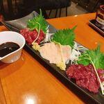 串カツ屋エベス - 馬刺し三種盛りは、熊本の甘口のお醤油でこっくりいただく