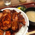 122626894 - 『豚丼(漬物、みそ汁付)』990円