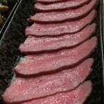 やきにくホルモン壱番 - 牛タンのタタキ、一切れ食べてから写真撮り忘れに気づく