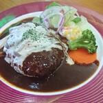 レストラン三國 - 煮込みハンバーグ。彩りも素晴らしい。