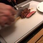 122654143 - 食べたいお肉が来たら声掛けで取り分けてくれる