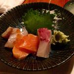 六兵衛 - 刺身の三点盛450円、真鯛、鮭、ブリ