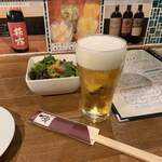 地酒とワインのダイニング 樽 - サラダとビール