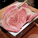 大阪焼肉・ホルモン ふたご - 名物!黒毛和牛のはみでるカルビ(250g)