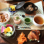 orq. - 元和食シェフというのが納得の盛り付け。産直野菜を生かしたオリジナリティ溢れる小品の数々。ココットの塩豚のレンズ豆煮込みが特に美味♪真ん中のスムージー、野菜のムースも上質な野菜ならではの深い味。ひよこ豆カレー、クロワッサンサンド、フレッシュサラダ、キャロットラペ。中華風スープ。
