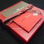 ラ・メゾン・デュ・ショコラ 丸の内店 - ☆この赤箱艶ってしてメチャ素敵です☆