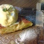 パティスリーカフェ ポッシュ - 「りんごとさつまいものパンプディング」蒸して温かいパンプディングに、大きなアイスクリームが乗っています♪