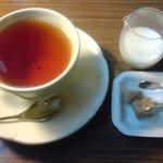 パティスリーカフェ ポッシュ - 紅茶(本日のケーキセット) 2種の砂糖と温かいミルク付き