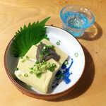 まさむね - カニ味噌豆腐(¥528)。カニ味噌の練り込まれた豆腐に、さらに濃厚なカニ味噌を掛けて… 旨味が爆発!