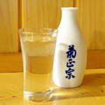 まさむね - 冷酒「白鶴・匠技」純米大吟醸(ハーフ¥704)。サービス精神旺盛なアフリカ系店員さんのオススメで追加。ハーフで頼めるのは嬉しい