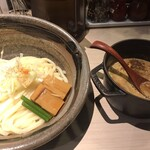 122708342 - もつカレーつけ麺。いつも思うけど、右側のボクにとってはスープは左側の方が食べやすいです。