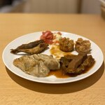 122722694 - 牛肉のデミグラスソース煮、味噌風味のポテトグラタン、トマトとモッツァレラのロースト、揚げ焼売、メヒカリの唐揚げ
