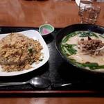 東平軒 - 料理写真:豚骨台湾ラーメンと台湾チャーハン