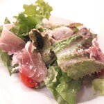 フィッシュ&オイスターバー - 牡蠣の燻製と生ハムのサラダ