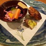 和料理 さうだーで - お通し(野菜酢の物、鰹マヨ、はさみ揚げ)