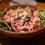 桜丘肉バル GOTTSU - 真っ赤なシーザーサラダ
