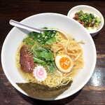 122761669 - 極塩らーめん(単品¥800)。牛骨出汁のスープに、焼肉のような風味のチャーシュー!