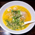 122761687 - 海老そば(¥850)。海老の豊かな香りが広がる、スープと水菜の相性も良い