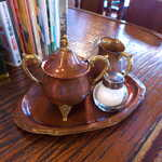 122761867 - 銅製だろうか、ミルクピッチャーや砂糖の壺も趣深い