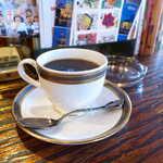 122761876 - ブレンドコーヒー。注文の都度、珈琲豆を挽き、サイフォンで淹れてくれる