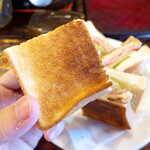 122761888 - 表面はこんがりキツネ色に焼かれ、パンの厚みもあるので食べ応え十分!