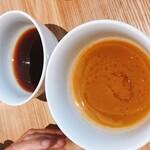 ヌードルダイニング 麺ディー - 左があっさりつけ汁 右はこってりつけ汁