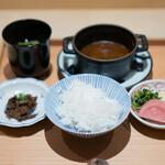 肉屋 雪月花 NAGOYA - 岐阜県高山の銀の朏(みかづき)の土鍋ご飯、 松坂牛のヒレの時雨煮、 カレー、 牛の出汁の赤出汁、 香の物