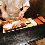 122778080 - ウザい寿司握る店員さん。後ろのおじさんのサポートがなかったらキレてた。