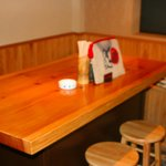 炭火焼鳥 とりばたけ - カウンター席。テーブル席有り