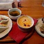 ラペ - 料理写真:ミートドリア&ミックスサンドのランチ(通常750円、ドリンクとデザート付きのセットは1000円)