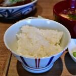 酢重DINING - 【牛すじの味噌煮込み定食@1,445円】ライス:信州は、飯綱町三水地区産のコシヒカリ。銅釜で炊かれています。