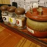 串揚屋 武吉郎 - ソースと塩が3種!