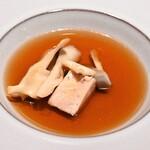 レストラン ル・クール神戸 - ごぼうとホロホロ鶏のコンソメスープ