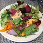 122823595 - サラダの上に契約農家の野菜のマリネをのせて、人参ドレッシングで。マリネは冷やしすぎたのか、野菜が凍ったあとの独特の食感がある根菜がまざっていて残念。