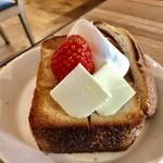 ワンルームコーヒー - あんバタートースト 苺のせ ホイップ付き