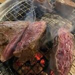 焼肉おにく - かたまり肉 牛ハラミをハサミでチョキチョキ。