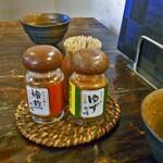 玄蕎麦河童 - 卓上に常備された調味料類