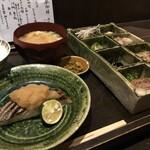 柊草はなれ - メイン料理と、創作おでん4種、おばんざい4種、汁物(雑煮)、香の物、ご飯(2020.1.3)