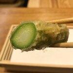 天婦羅 みやしろ - 根元はジューシーで汁が滴ります。甘味も良くて美味しかったです。