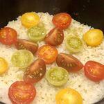 天婦羅 みやしろ - 昆布だしで炊いたご飯。蒸らしの時にトマトを入れます。